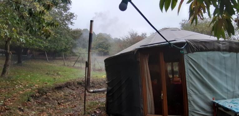 et le poêle à bois qui chauffe l'espace...